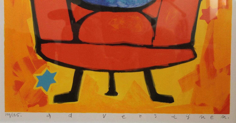 Ad verstijnen blauwe kat in rode stoel handtekening